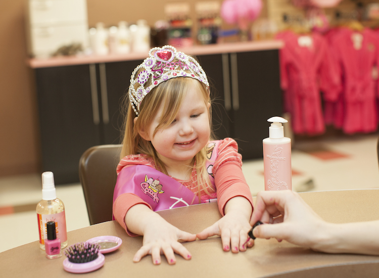 Kid-friendly salon Scooops pampers little ones with ice-cream-themed treatments. // © 2016 Great Wolf Lodge