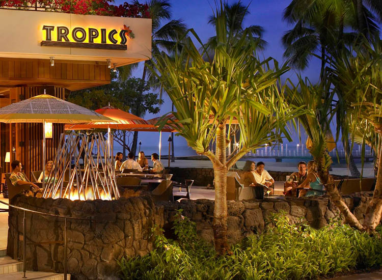 Tropics Bar and Grill at Hilton Hawaiian Village // © Hilton Hawaiian Village