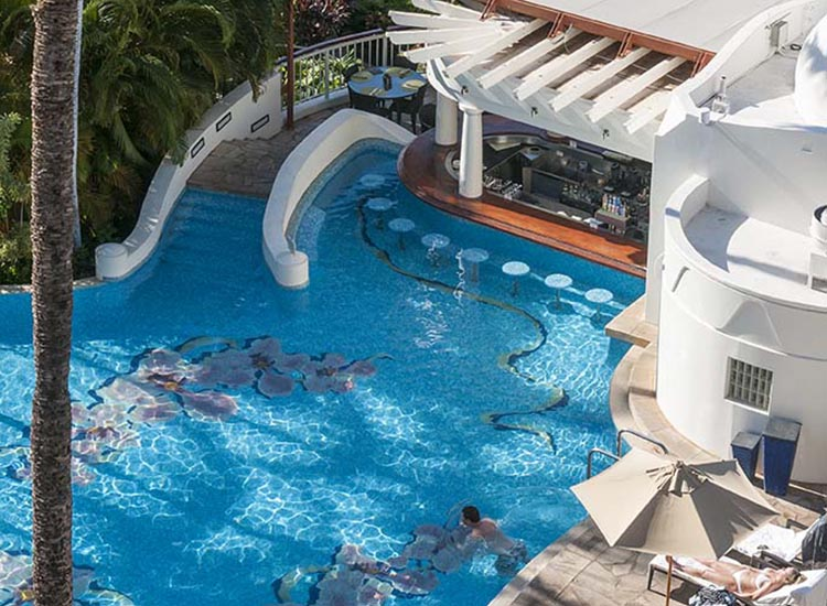 4 maui pools with swim up bars travelage west for Pool design with swim up bar