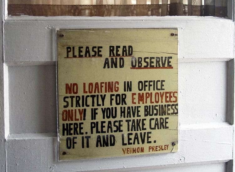 This sign welcomes visitors to the former office of Vernon Presley, Elvis' father. // © 2016 Josephine Parr