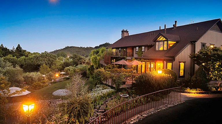 Wine Country Inn & Cottages entices guests with its ideal St. Helena, Calif., location; vineyard views; spacious accommodations; and overall charm. // © 2017 Wine Country Inn & Cottages
