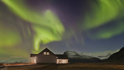 For a great view of the Northern Lights, stay overnight in the countryside. // © 2015 Thinkstock 2