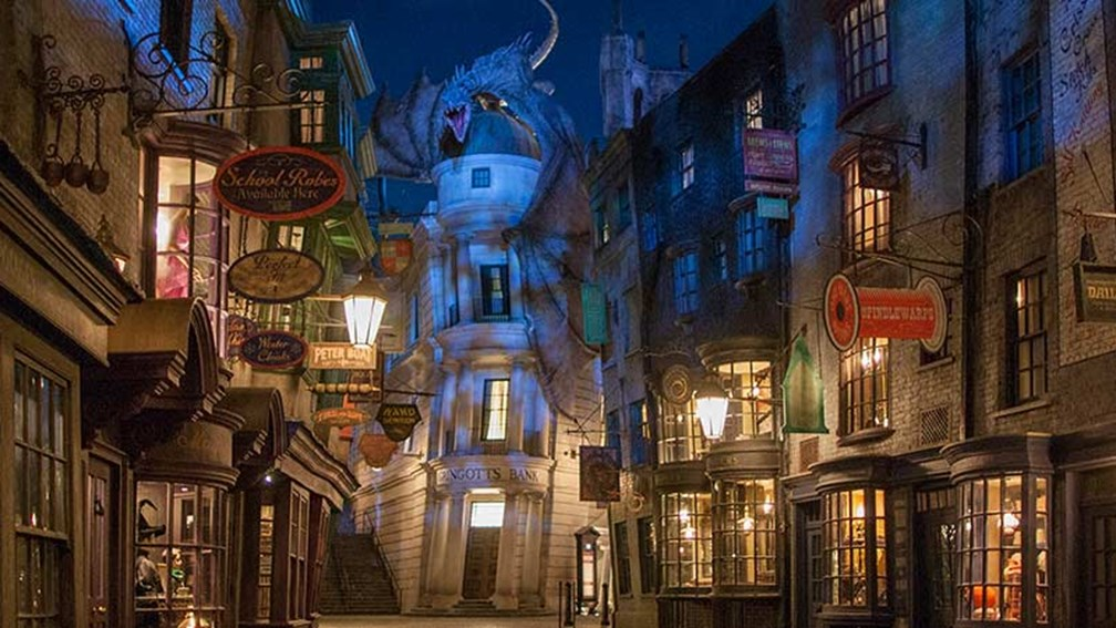 The whole family can wander down Diagon Alley. // © 2015 Universal Studios 2