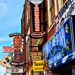 The music scene at Lower Broadway includes honky tonks and saloons. // © 2014 Shutterstock/Sean Pavone